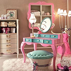 _Rimmel dressing table in wood, frame in gloss fuchsia finish, cat. A, drawer fronts in gloss turquoise finish cat. A, fiocco metal handles and mirror supports in gold leaf finish, cat. C</br> _Muffin storage pouffe in wood, base in 1742/30 fabric cat. B, seat with pearls in Luce/39 fabric, cat. B</br> _Arabesque tallboy in wood with 4 drawers and 2 open compartments, frame in pistacchio finish, cat. B, fiocco metal handle in gold leaf finish, cat. C