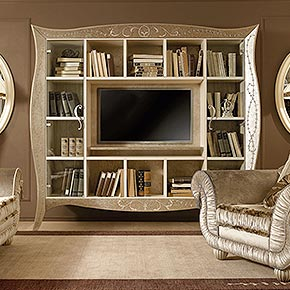 _Liberty TV cabinet in shaped wood, ivory crackle finish, cat. B, frame, back panel and central shelf in dove grey silver leaf metal, cat.C, with Winsor decoration on frame, side doors in clear glass, heart shaped handles in dove grey silver leaf finish, cat. C</br> _Chery sofa in Softmarble 3053/35 fabric, cat. B, with marabou. Includes two cushions 70x70cm with marabou</br> _Chery armchair in Softmarble 3053/35 fabric, cat. B, with marabou</br> _Operà floor lamp in wood, Cameo finish, cat. B, Ponge 41/C fabric with marabou</br> _Windsor carpet